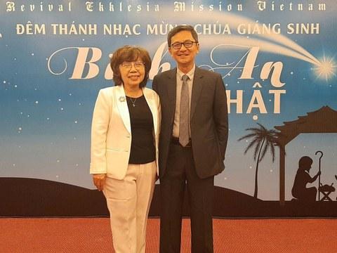 Mục sư Phương Văn Tân và Mục sư Võ Xuân Loan tại đêm Thánh nhạc mừng Chúa Giáng sinh năm 2020.