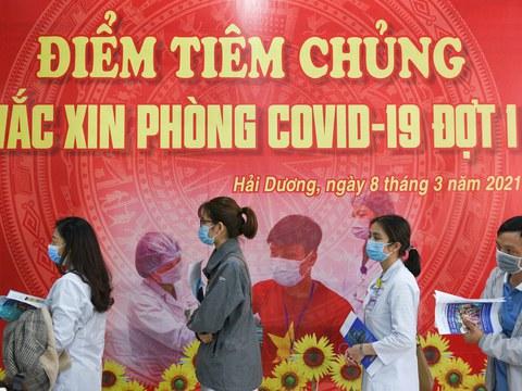 Tuy khai trương rầm rộ nhưng chương trình tiêm vắc-xin chống COVID của Việt Nam mới chỉ phục vụ được một số đối tượng ưu tiên như nhân viên y tế, công an, bộ đội & báo chí. Ảnh: Reuter