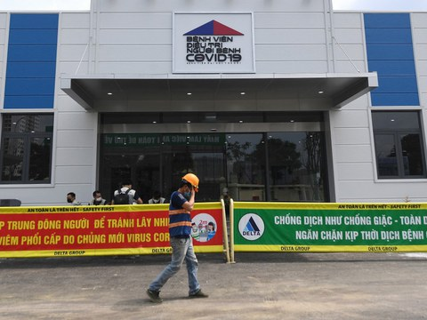 Bên ngoài một bệnh viện dã chiến 500 giường dành cho bệnh nhân Covid-19 ở Hà Nội vào ngày 30 tháng 8 năm 2021.