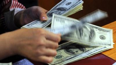 Tiền Đô la Mỹ được gửi vào ngân hàng ở Việt Nam. Ảnh minh họa.