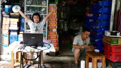 Một học sinh đang học online ở Hà Nội hôm 16/9/2021.