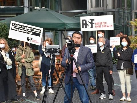 Nhà báo Lê Trung Khoa tại cuộc biểu tình trước trụ sở Facebook ở Berlin, Đức hôm 21/9/2021