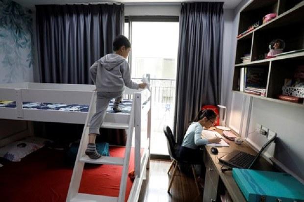 Mở cửa trường học lại hay tiếp tục dạy trực tuyến?