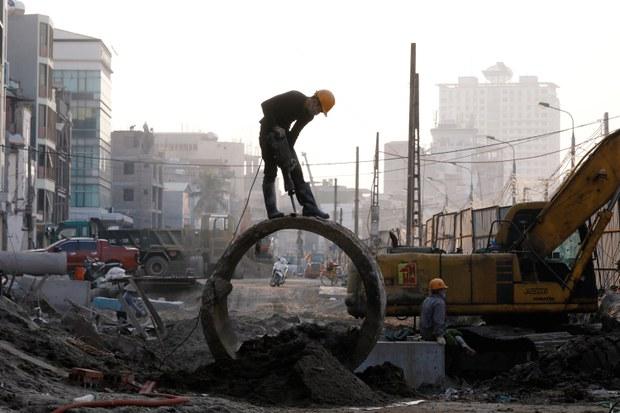 Công nhân mở rộng đường mới ở Hà Nội ngày 18 tháng 1 năm 2021.