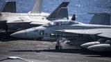 Một thủy thủ Mỹ dọn dẹp máy bay chiến đấu F/A-18F Super Hornet trên boong đáp của tàu sân bay USS Carl Vinson (CVN 70) vào ngày 11/9/2021 trong đợt triển khai hoạt động ở Biển Đông
