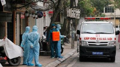 Xe cấp cứu đón người bệnh COVID-19. Ảnh chụp tại Hà Nội tháng 3 năm 2020.