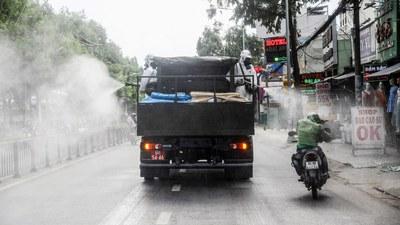 Một chiếc xe tải phun thuốc khử trùng phòng dịch COVID-19 tại TP Hồ Chí Minh hôm 1/6/2021.