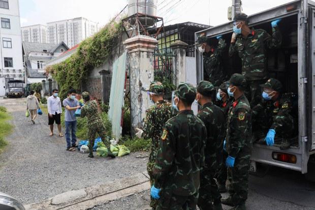 Quân đội mang thực phẩm đến nhà người dân ở TP.HCM trong thời gian giãn cách do dịch bệnh hôm 24/8/2021