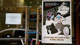 Hình minh hoạ. Áp phích nhắc nhở người dân phòng bệnh COVID-19 ở một khách sạn tại Hà Nội hôm 20/4/2020