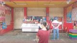 Cửa hàng thực phẩm mở cửa buôn bán.