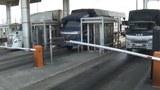 Các xe tải chuyển hàng tại cầu Phú Mỹ.
