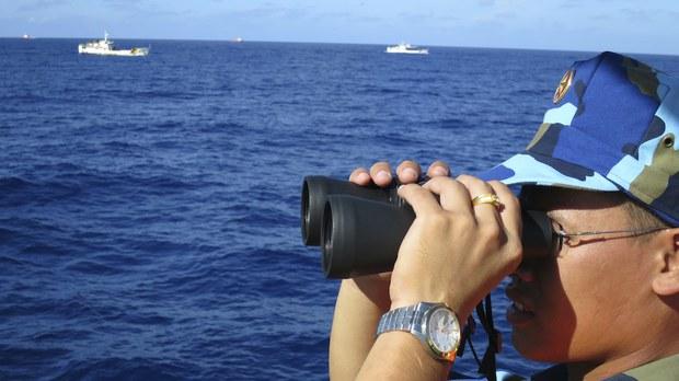 Hình minh hoạ: Cảnh sát biển VN đang theo dõi tàu hải cảnh của TQ gần khu vực quần đảo Hoàng Sa hôm 15/7/2014