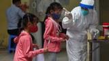 Hình minh hoạ: Xét nghiệm COVID-19 ở trẻ em tại Hà Nội hôm 13/8/2020